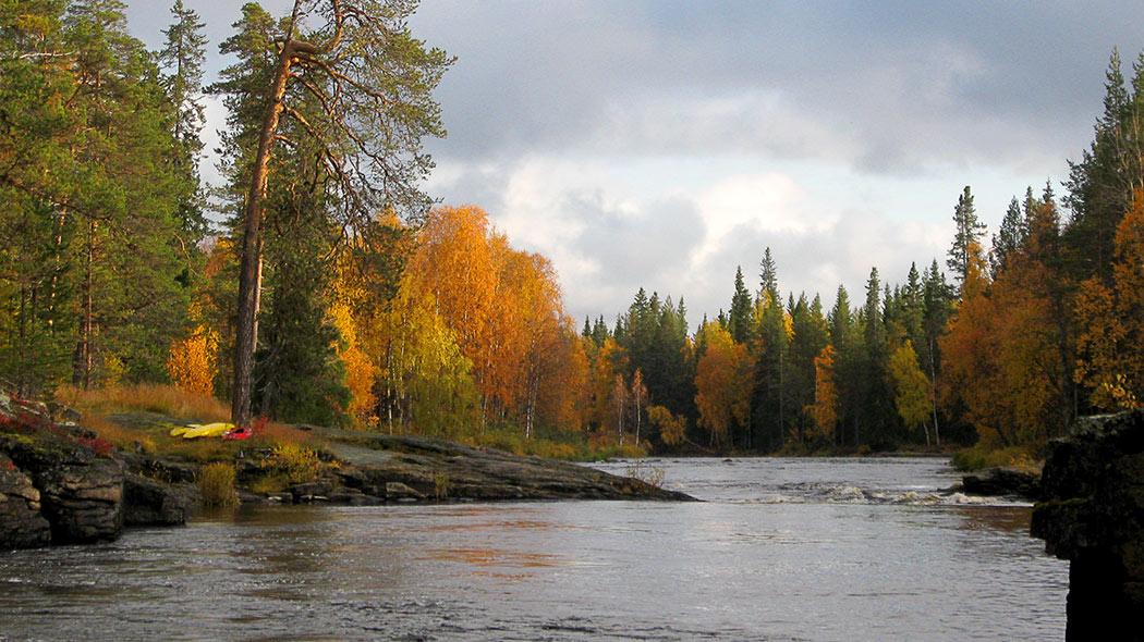 Paddlarna har paus vid Unarinkögäs forsen. Bild  Olli Vainio 05b935d95a